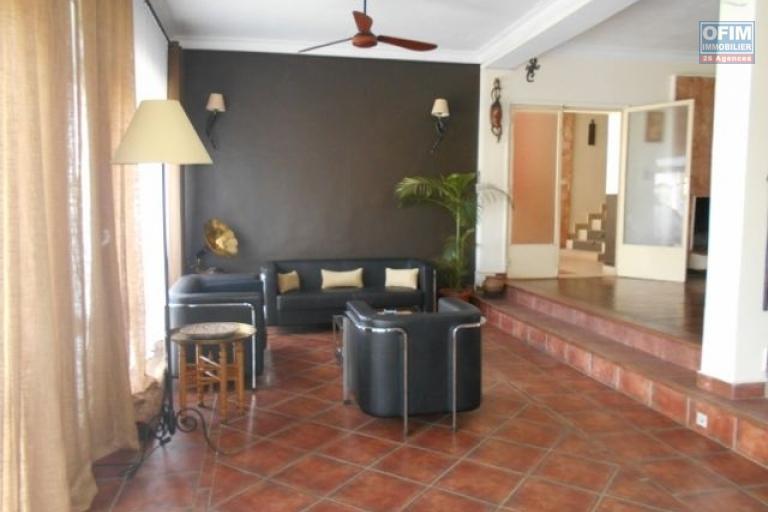 A louer une maison semi meublée sur 4 niveaux idéal à usage mixte à Andrainarivo
