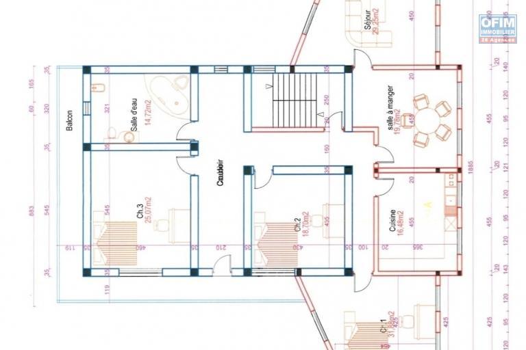 A louer un grand immeuble à 3 étages idéal pour bureau ou autre activité commercial situé au bord de route d'analamahitsy - 1ère étage