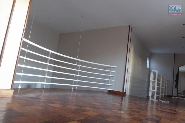 A vendre villa F5 très moderne avec piscine à Betongolo Andrianarivo - mezzanine