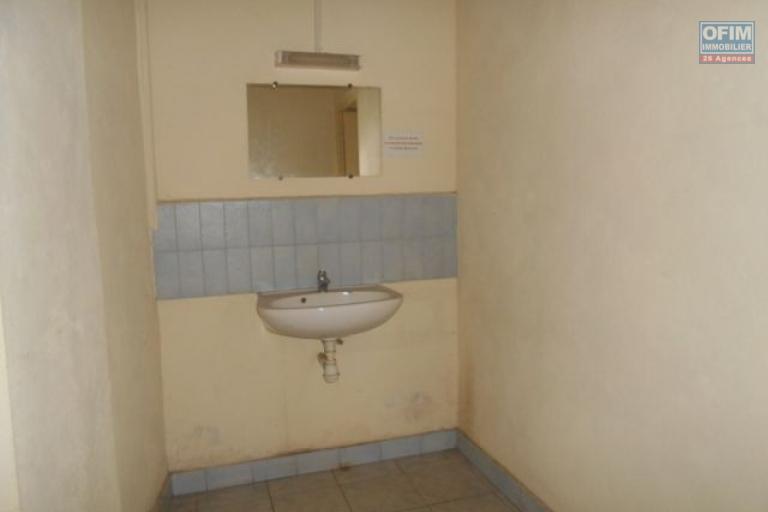 A louer un local de 200m2 avec mezzanine à Tsaralalana Antananarivo