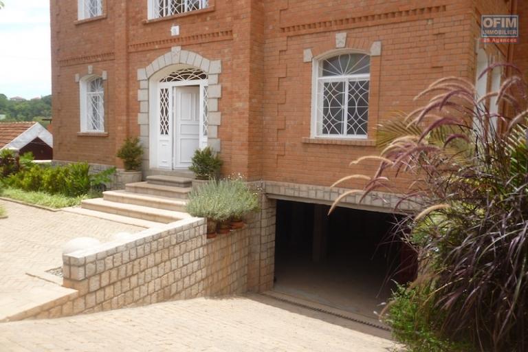 A Louer beau local F6 situé à Abodivoanjo Ivandry près de l'école française La claire Fontaine