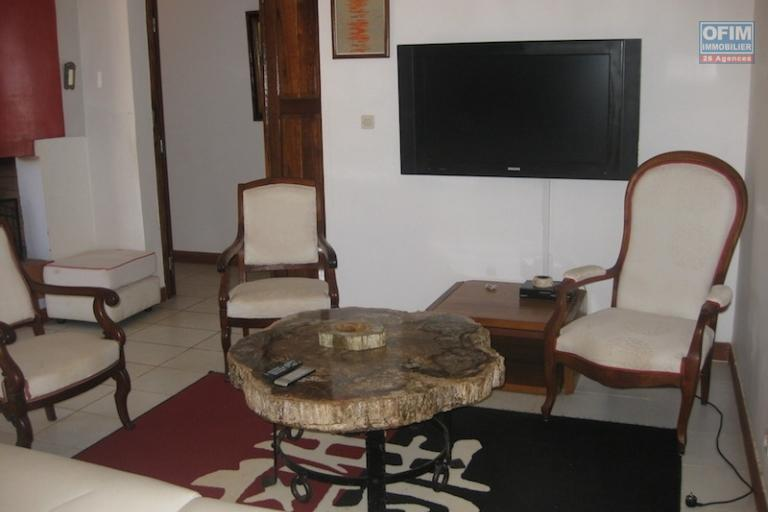 A louer une superbe villa meublée de type F4 avec un très beau jardin près d'un quartier résidentiel à Talatamaty