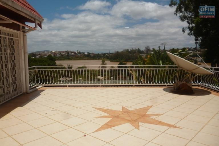 A louer une grande villa F6 située à Andohanimandroseza