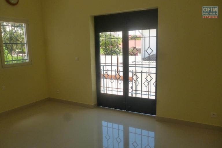 A louer un appartement de type T7 dans un bâtiment fraîchement construit  se situe à 5mn de l'aéroport