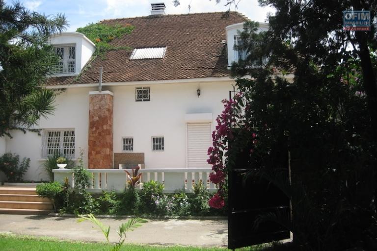 A louer une belle villa à étage F4 semi-meublée dans un quartier résidentiel à Ivandry