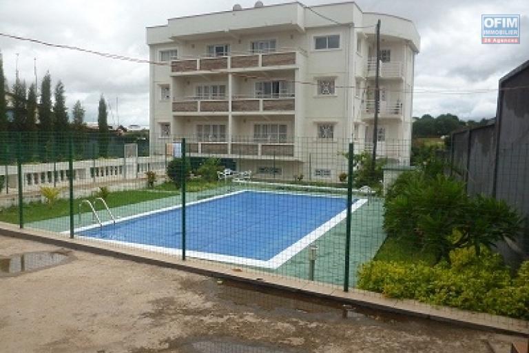 A louer un appartement T3 avec piscine situé dans un immeuble bien sécurisé à Morondava Ambohibao