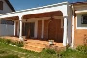 A louer une modeste villa plein pied de type F4 bord de route principale de l'aéroport d'Ivato se situe à Mandrosoa Ivato