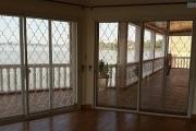 A louer une belle villa plain pied de type F6 avec piscine, bord du lac, pied dans l'eau dans un quartier résidentiel de Mandrosoa Ivato