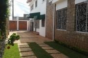 OFIM met en location une grande villa à deux étages à Androhibe avec 9 pièces principales avec jardin, parking et terrasse.