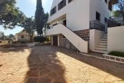 OFIM met en location une villa F5 à étage avec un jardin arboré à Ambatoroka. Elle est située à 10min du centre ville dans un quartier calme.