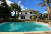 OFIM vous propose en location une villa à étage F6 avec piscine et jardin arboré sur un terrain de 2900m2 à Ambatobe, à 5min à pieds du Lycée Français.