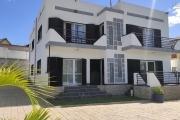 OFIM offre en location une moderne villa F6 avec grand parking pour 4 voitures et un coins jardin à Ambohibao Antehiroka