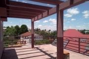 A louer une maison neuve F8 sur trois niveaux au bord de route à 5 minutes de l'aéroport d'Ivato