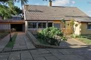 À louer une villa à étage semi-meublee de type F6 bâtie sur un terrain verdoyant de 1 300 m2 dans un quartier calme et résidentiel d'Anosiala Ambohidratrimo non loin de l'aéroport international Ivato