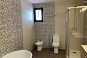A vendre villa  F4 moderne et neuve  dans un lotissement au bord du lac Andranotapahana - salle de bain attenante de la chambre parentale