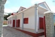 A louer une villa basse entièrement meublée de type F4 dans une résidence calme et sécurisée sis à Ilaivola Ivato non loin de l'école primaire française C et à 5 minutes de l'aéroport.