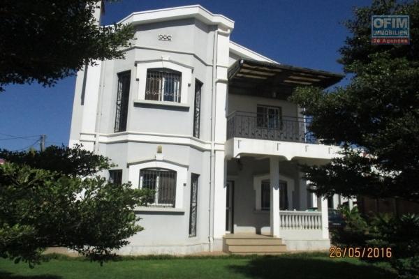 A louer une villa moderne meublée de type F5 facile d'accès bord de route principale sise à Ambohibao à deux pas de l'école primaire C