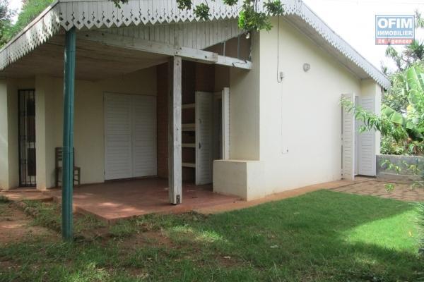 Villa à l'ancienne F6 à Louer à Ambatobe avec une vue dégagée et un jardin