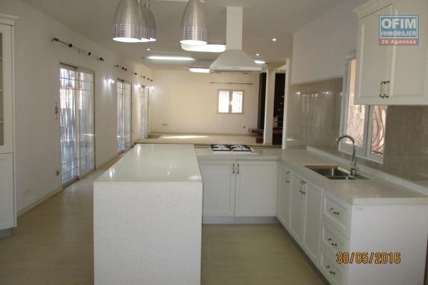OFIM offre en location une maison d'architecte neuve de type F4 à Ambatobe
