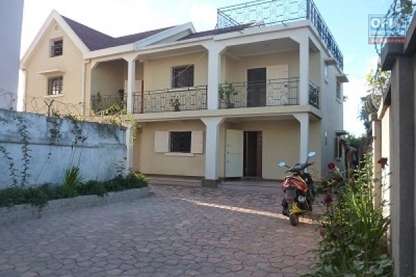 A louer une villa à étage F5  avec une maison annexe dans un endroit facile d'accès à Antanetibe Ivato