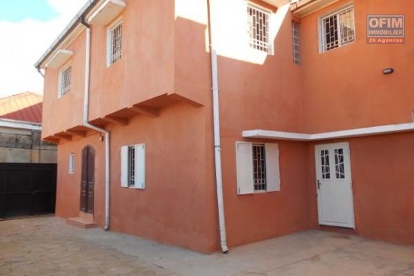 OFIM vous propose en location une villa de style californienne de type F5 à Bypass près de la Gastro Pizza.