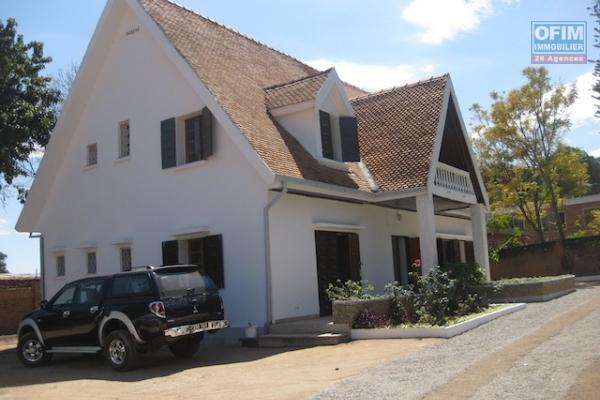 A louer une belle villa F6  dans un quartier résidentiel et facile d'accès à Mandrosoa Ivato