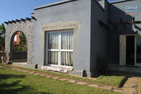 A vendre villa F4 semi meublé   à Itaosy sur terrain de 485M2 prix 300 000 000 Ar