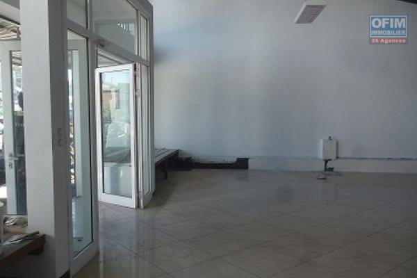 A louer un local commercial avec dépôt bord de route principale dans un quartier fréquenté d'Ambohibao