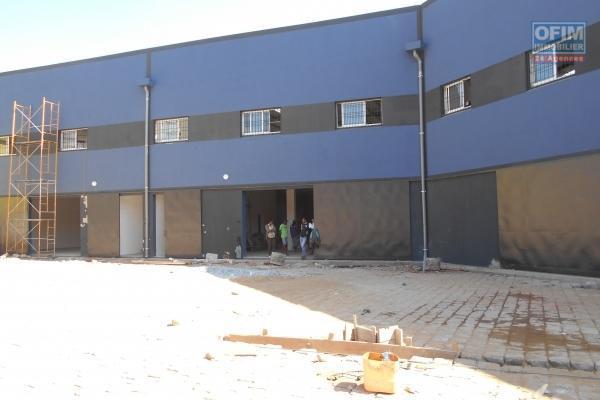 A louer entrepot de 4000M2 sur 2 niveaux dans une zone industrielle à ANkadimbahoaka