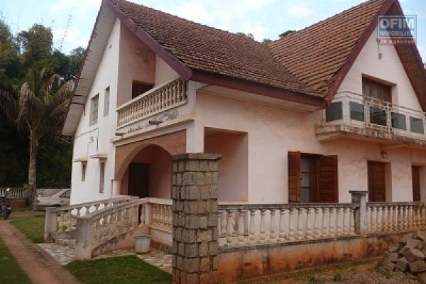 A louer une grande villa F7 dans une propriété de 1600m2 dans un endroit calme et résidentiel à Ambohijanahary
