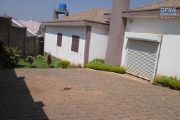 A vendre une villa bien finie de 100 m2 de surface habitable à Antanimenakely Ampitatafika avec un bâtiment professionnel R+2 dans la même enceinte