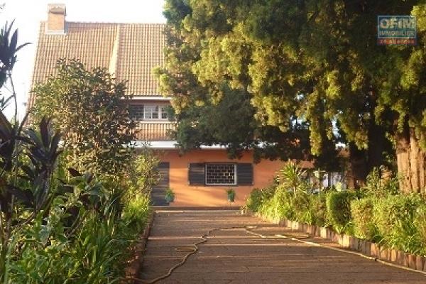 Une villa typiquement traditionnelle F5 semi meublée avec une vue à Isoraka