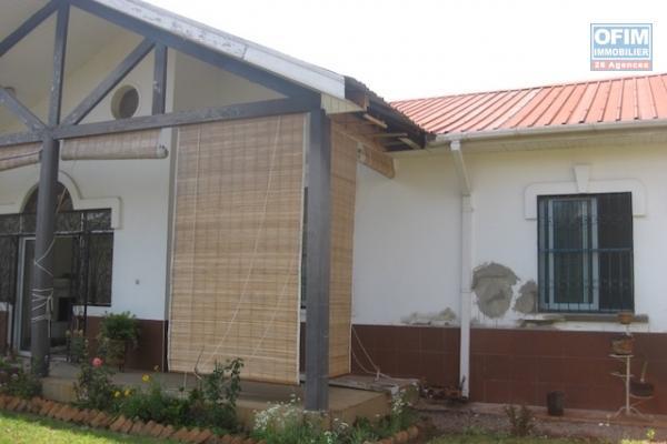 A louer une villa à étage F5 neuve avec piscine dans une résidence avec vue sur le lac à Ambohibao