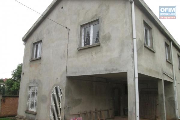 A vendre  Villa à étage  F4 dans un lotissement résidentiel à Ambatobe .