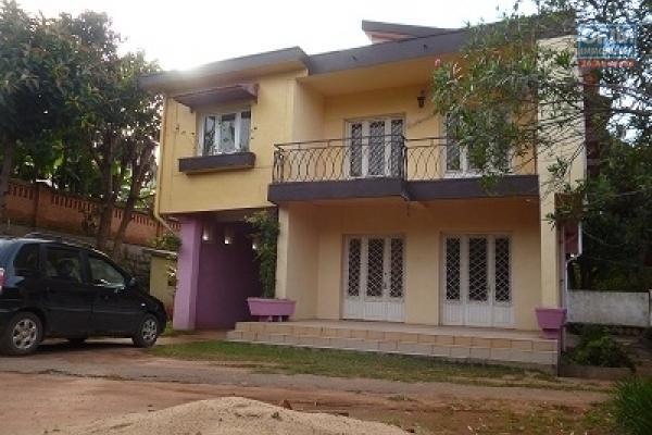 A louer une villa à étage de type F7 dans un endroit calme et bon voisinage à Manerinerina Ambohibao