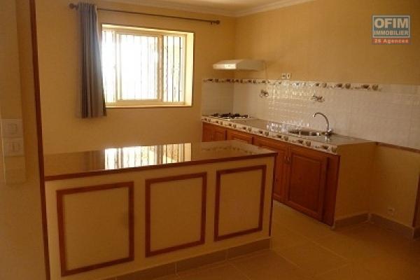 A louer une villa étage F3 dans une résidence à Ambohinambo Talatamaty
