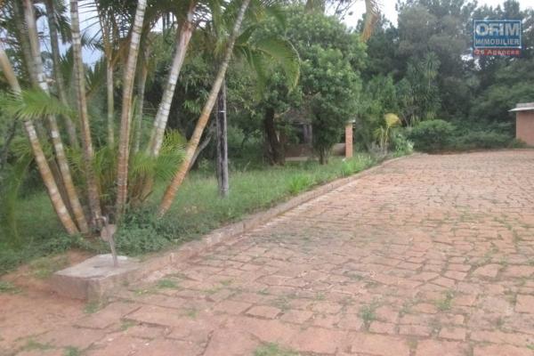 A vendre terrain de 2750 m2 / clôturé / Viabilisé eau et élect / bdr à  Talatamaty