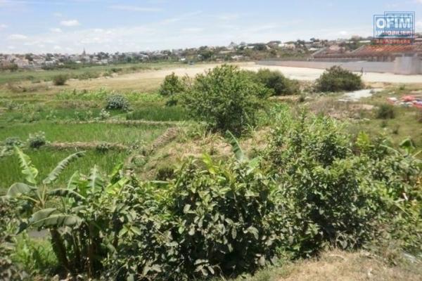 A vendre beau terrain pied dans l'eau , clôturé à Ivato 6370 m2
