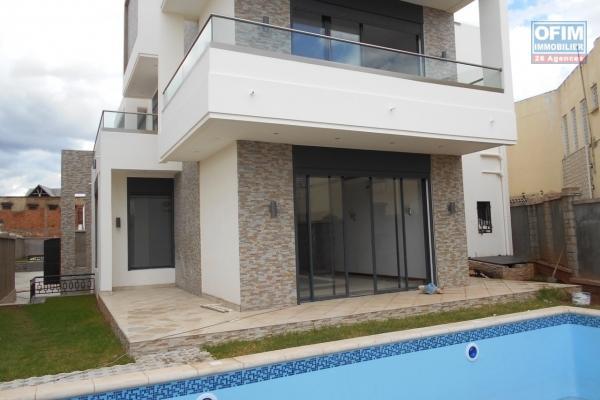 A louer une villa à étage de haut standing type F5 dans une résidence sécurisée à Ivandry près de l'école D