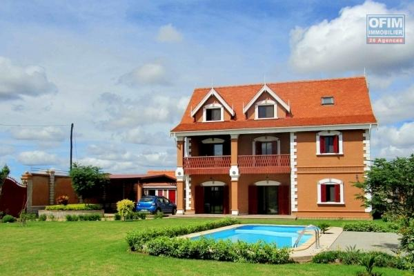 A louer une villa de type F6 traditionnelle et moderne avec piscine à Antanandrano Antananarivo