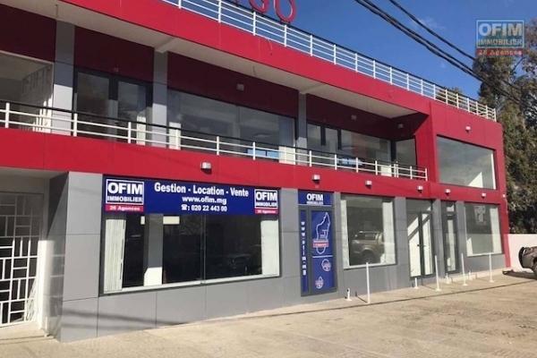 Rare A louer un local commercial de 44,58 m2 au rdv dans un immeuble de standing neuf à Ambohibao, bord de route , forte visibilité