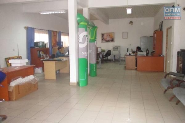 A louer, plusieurs locaux commerciaux  en plein quartier des affaires à Alarobia- At