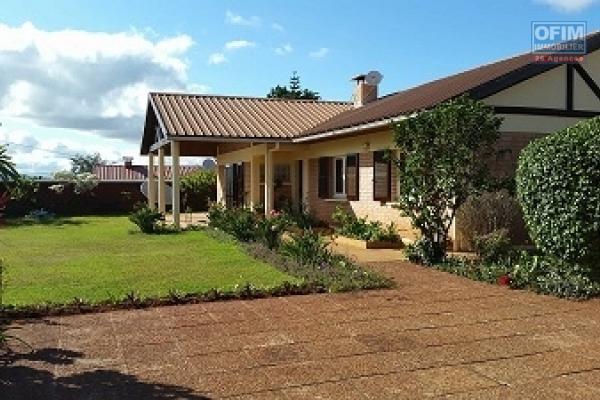 A louer une belle villa basse semi-meublée de type F4 dans une résidence sécurisée 24/24h située à Tanjombato
