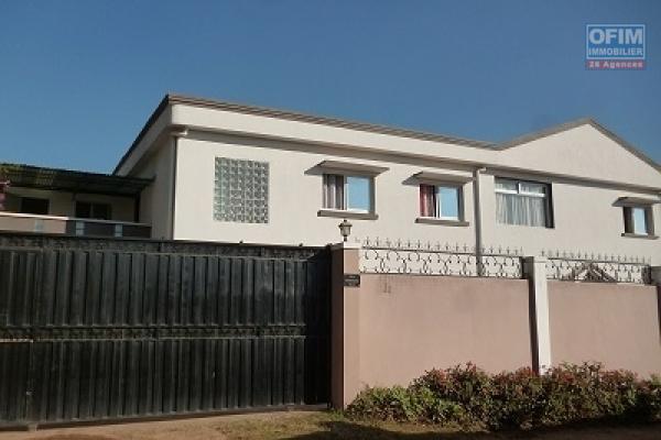 A louer une villa à étage de type F7 fraîchement construite dans un quartier résidentiel d'Ilaivola Ivato à 5 mn de l'aéroport