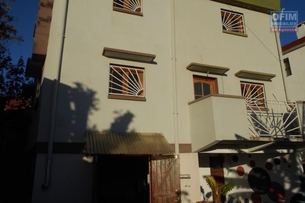 A louer une maison F5 sur 3 niveuax à Androhibe Antananarivo