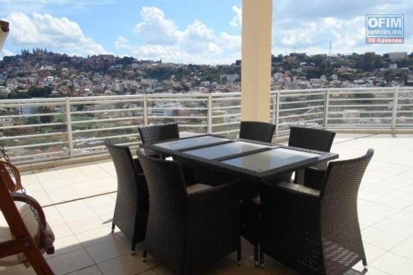 A louer un grand appartement T5 de 500m2 avec piscine privative sur Cité Planton Antananarivo