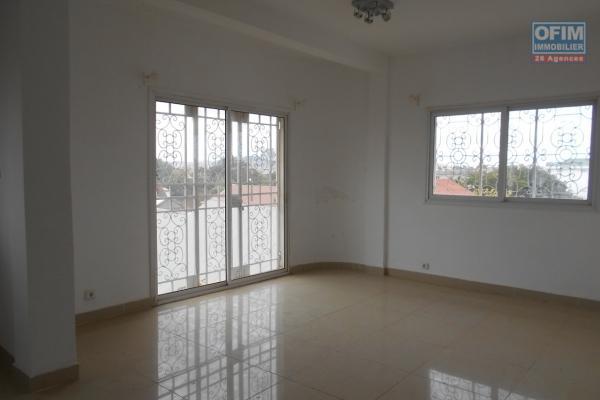 Appartement T2 à louer à Ambatobe dans une résidence sécurisée à quelques min du lycée Français