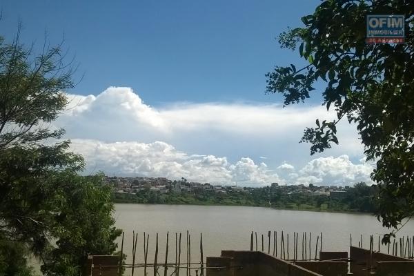 A vendre, une propriété de 880 m2 bord du lac,  proche du centre ville à Andohan'i Mandroseza