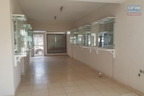 OFIM met à location une villa F5 à étage avec une cours arborée au bord de route à Ambodivoanjo Ivandry. Elle est proche de la ville, des commerces, restau,...ect et surtout des écoles