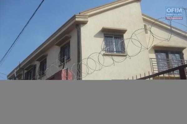 A louer un appartement T4 au rez-de chaussée d'une maison se trouvant dans un quartier calme et facile d'accès à Ambohibao